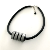 Halsband i trä och gummi,  TR005